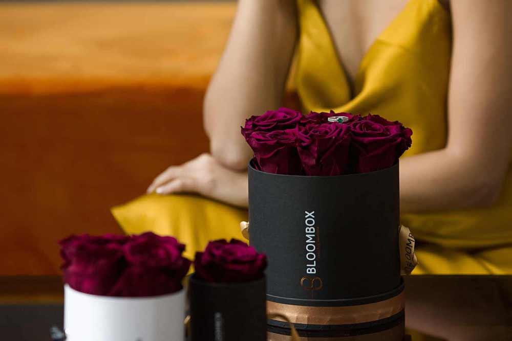 forever-rose-triantafila-se-kouti-aromatika-keria-politeli-dora-bloombox