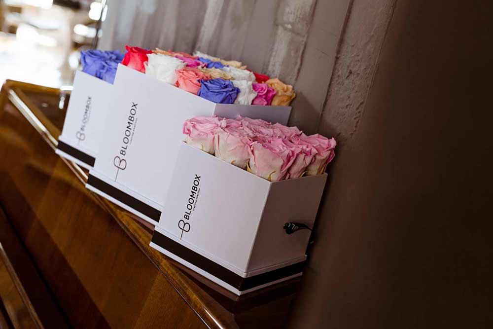 forever-roses-se-kouti-aromatika-keria-politeli-dora-bloombox